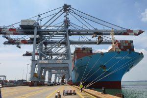 Siêu tàu container cực khủng dài hơn tháp eiffel vừa cập bến Việt Nam